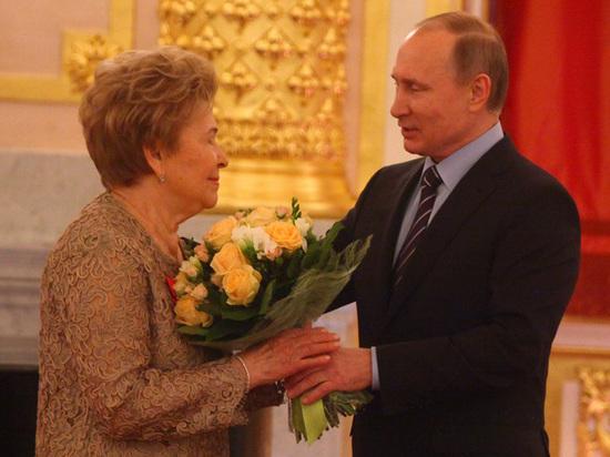 На юбилее Наины Ельциной досматривали букеты и потчевали угрем в карамели