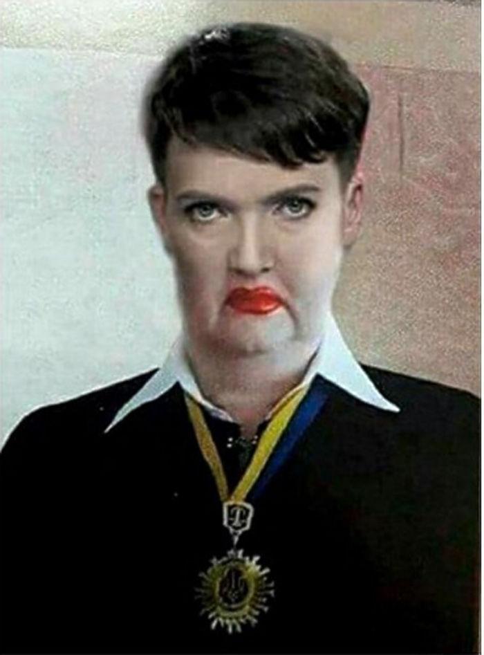 Фотография судьи из Ровенской области Украины Аллы Бандуры настолько взволновала пользователей соцсетей, что они, побросав все дела, принялись неистово шутить на эту тему. Экстравагантную служительницу Фемиды сравнили и с Джокером, и с ведьмой Урсулой, и с группой Kiss, и даже обнаружили сходство с Надеждой Савченко. Нашлось и кому пристыдить шутников: некоторые пользователи вступились за женщину в Twitter.
