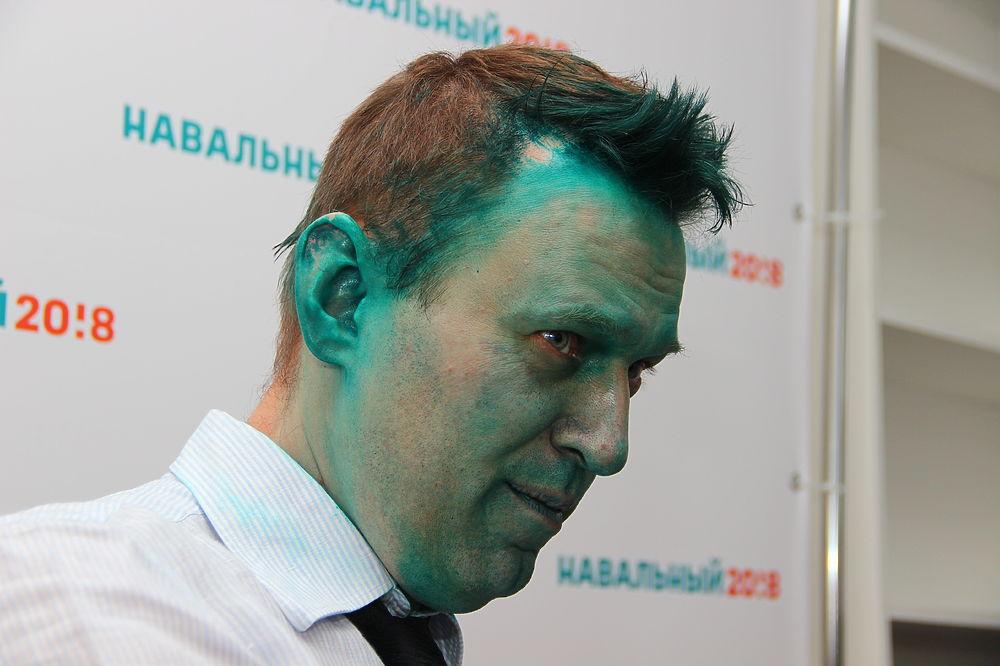 Оппозиционер Алексей Навальный в понедельник, 20 марта, подвергся нападению во время открытия своего штаба в столице Алтайского края. Как пишет сам основатель ФБК на своем сайте, он не сразу понял, чем именно его облили.  «Испытал огромное облегчение, когда мне крикнули «Это зеленка!» Чувак, встречавший меня у входа в штаб, который тянул мне руку, и я радостно пошел ее жать, довольно метко попал мне прямо в глаза из брызгалки. Очень жгло, и я с ужасом подумал, что это кислота. А зеленка-то что», - поделился председатель Партии Прогресса.  Навальный заверил своих сторонников и оппонентов, что «боевой раскрас» никак не повлияет на его планы по открытию своих штабов в Барнауле и Бийске, попутно отметив, что у волонтеров из этих городов будут «самые стильные селфи».