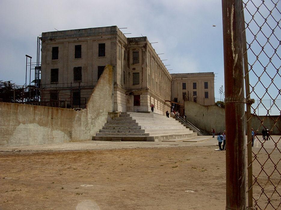 Ровно 54 года назад официально закрылась легендарная тюрьма Алькатрас, расположенная на одноименном острове в заливе Сан-Франциско, штат Калифорния. Здесь отбывали наказание самые опасные убийцы и маньяки,  а также один из самых почитаемых криминальных авторитетов мира - Аль Капоне. Официально считается, что за 29 лет существования тюрьмы не было совершено ни одного удачного побега. Все, кроме пяти заключенных признанных пропавшими без вести, при попытке побега были расстреляны или утонули в ледяных водах залива.