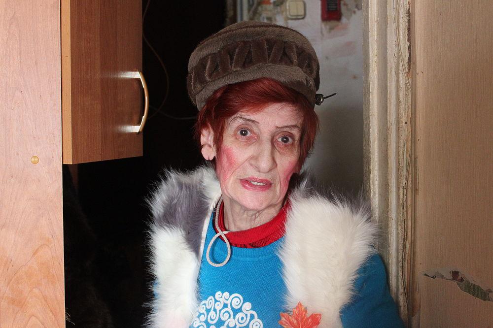 Самую известную «бабушку из стакана» зовут Людмила Бенционовна Шумакова. На протяжении почти тридцати лет она была звездой подземки. Ее голос стал визитной карточкой не только родной «Октябрьской», но и всего сабвея. Тетя Люда любила публичные выступления: в микрофон она разговаривала с пассажирами, пела арии, декламировала стихи, зачитывала инструкцию голосом Сталина. Москвичи специально составляли свой маршрут так, чтобы с ней пересечься, а также дарили подарки и писали сотни благодарностей. В 2010 году ей пришлось уволиться: теперь пенсионерка спускается в метро, чтобы пообщаться с горожанами. Самая эпатажная представительница исчезающей профессии рассказала «МК» о том, каково это — сидеть в будке по 8 часов в сутки.