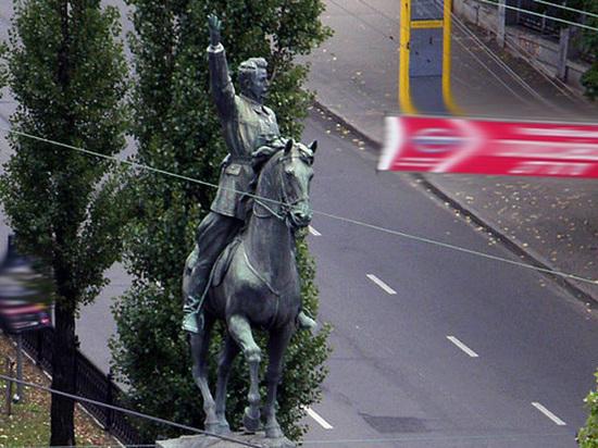 Памятник Щорсу в Киеве оставили без ноги