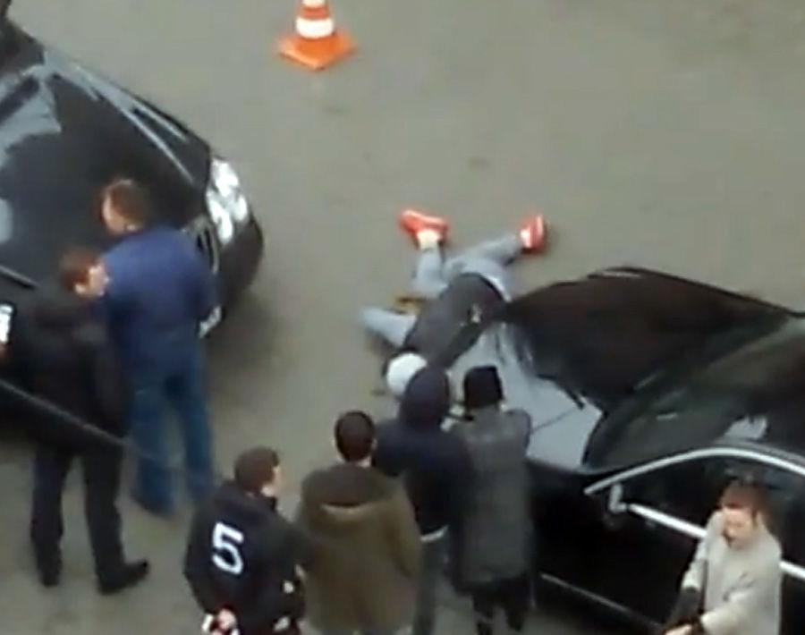 Сегодня в центре Киева был застрелен бывший депутат Денис Вороненков. Киллер получил три ранения — в голову, грудную клетку и в ногу, в него стрелял охранник Вороненкова. Врачи долго боролись за жизнь убийцы. Во время операции у него 10 раз останавливалось сердце, и в итоге он все-таки умер около пяти часов вечера.