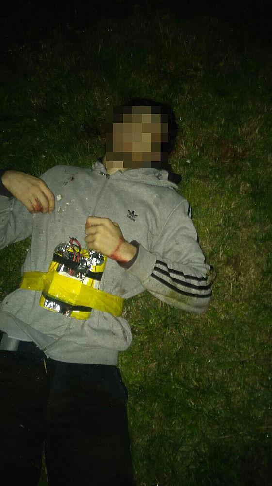 На базу Росгвардии в Чечне, в Наурском районе, напала банда боевиков: они убили шестерых военных, ранили троих. Шестерых террористов застрелили — на фотографиях видно, что на них нечто вроде поясов смертников (пишут о том, что это муляжи). Росгвардия на своей странице Вконтакте опубликовала снимки уничтоженных боевиков.