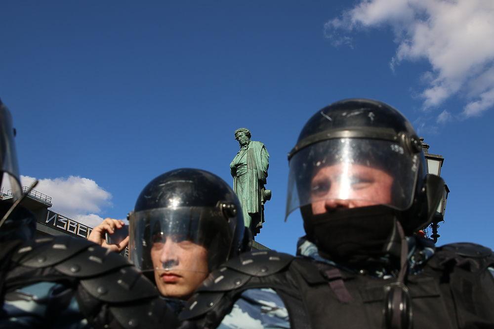 По всей России в эти выходные проходят многотысячные митинги против коррупции. Один из самых массовых состоялся в центре Москвы на Пушкинской площади. Из-за того, что митинг был несогласован с властями у некоторых участников возникли проблемы с полицией, что привело к жестким задержаниям. Кроме того был задержан и один из организаторов митинга Алексей Навальный.