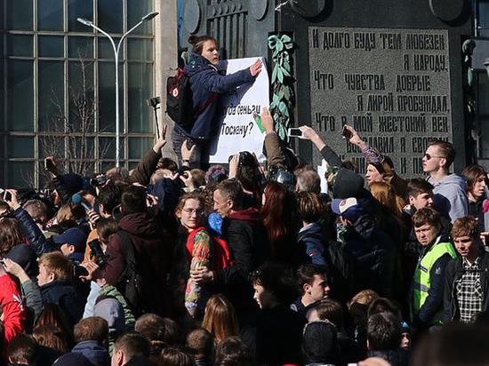 Школьник, задержанный на акции Навального: «Желтую уточку прицепил на рюкзак»