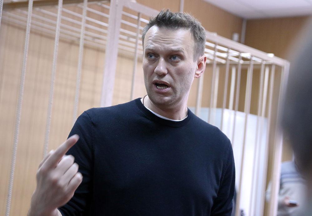 Главе ФБК Алексею Навальному сегодня, 27 марта, было вынесено два приговора: после первого заседания суд приговорил его к 20-тысячному штрафу за организацию не санкционированной властями акции, а после второго - еще и к 15 суткам административного ареста за «сопротивление законному требованию сотрудника полиции». Приговор не удивил политика, однако во время заседаний он был весьма эмоционален.
