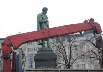 Александр Сергеевич меняет цвет: что творится за забором на Пушкинской