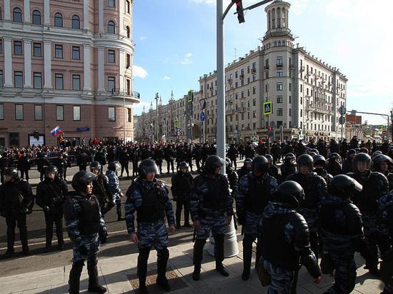 Полиция пригрозила зачинщикам беспорядков гранатами, газом и водометами