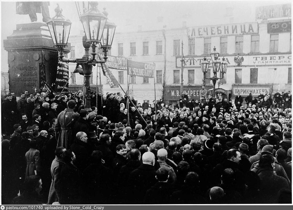 Митинги, где много бунтующей молодежи, война на улицах Москвы и Петербурга, разрушенные обстрелами и разграбленные здания, торжество победителей и горе побежденных — фотографы запечатлели происходившее в России в 1917-м. В столетнюю годовщину революции и после недавних акций протеста самое время вспомнить уроки прошедшего времени, перебирая старые фото.