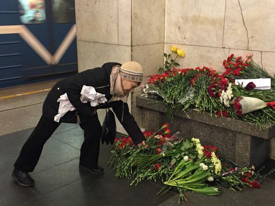 """""""Был очень добрым и начитанным"""": близкие вспоминают жертв теракта в метро"""