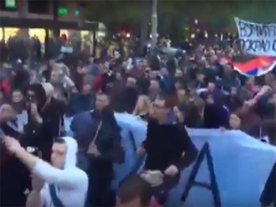 В Сербии десятки тысяч людей протестуют против президента Сербии