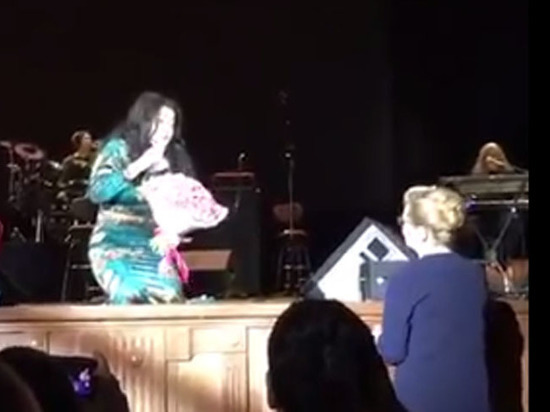 Лолита встала наколени перед Мизулиной впроцессе концерта вОмске