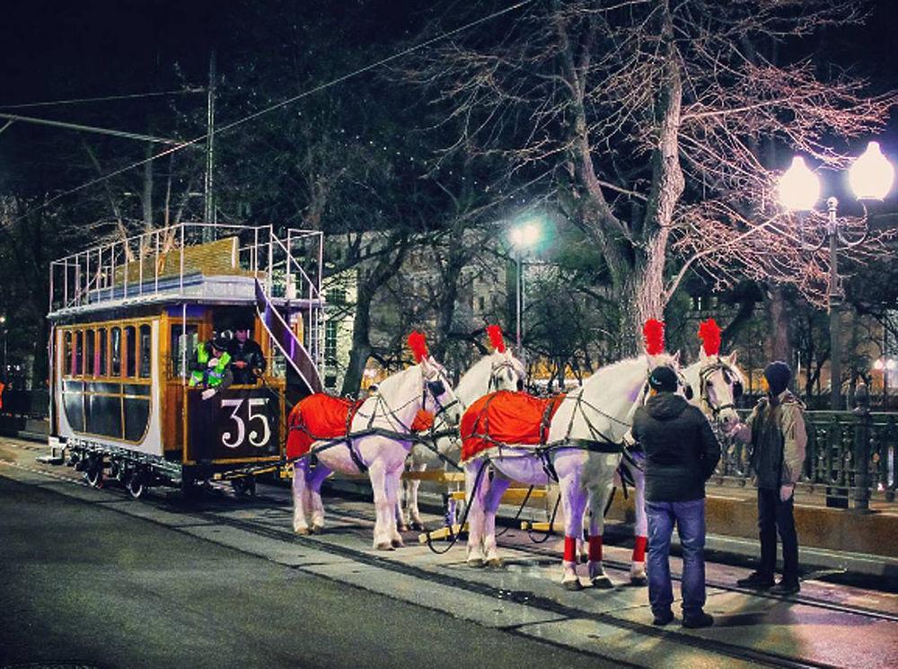 Парад трамваев в столицеРФ открыла колонна исторического транспорта
