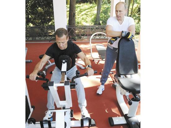 Денег нет: премьер Медведев беднее, чем полкабмина