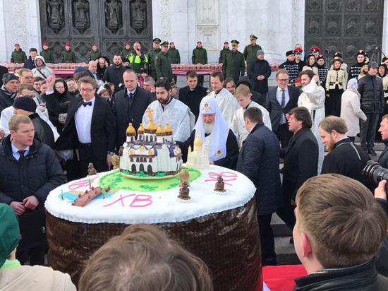 Патриарх освятил кулич-рекордсмен с макетом храма Христа Спасителя