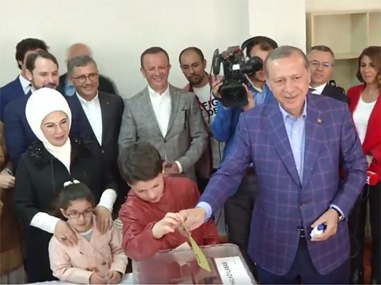 Эрдоган поздравил премьера Турции с победой на фоне протестов оппозиции