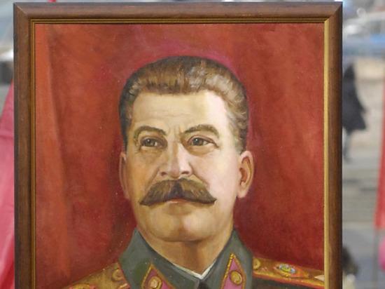 Портрет Сталина установили коДню Победы вцентре кубанского Белореченска