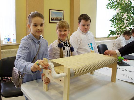 Подмосковные школьники создали скамейку, которая всегда остается сухой