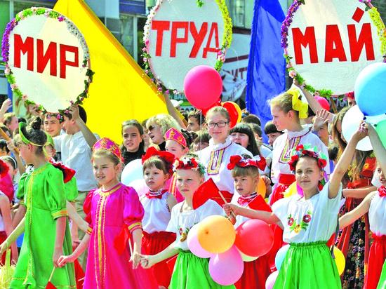 «Поеду на Дальний Восток»: СМИ показали первомайские лозунги «Единой России»