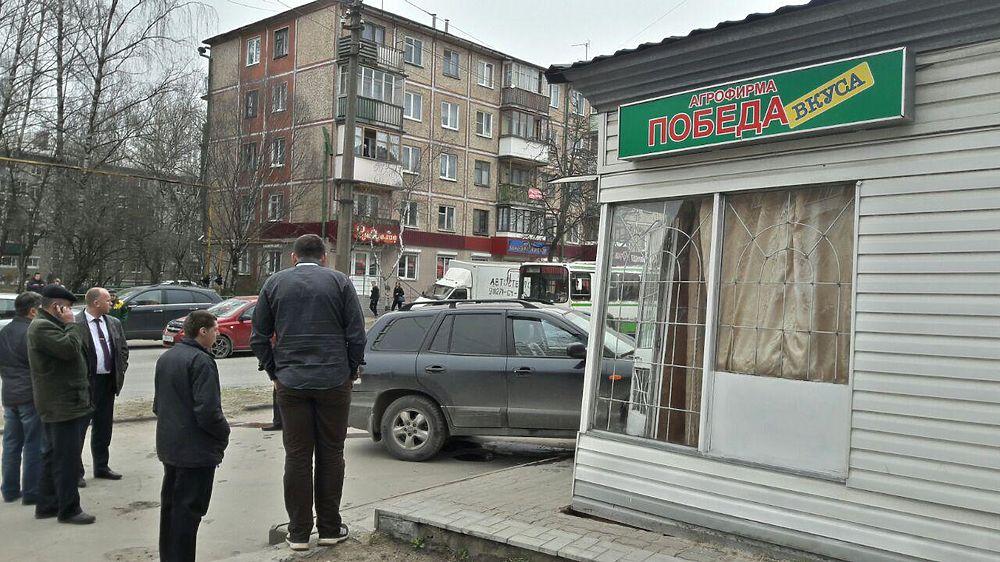 В Пскове иномарка протаранила ларек агрофирмы «Победа»