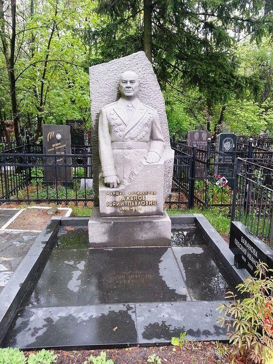 В Харькове вандалы осквернили могилу советского маршала Бажанова