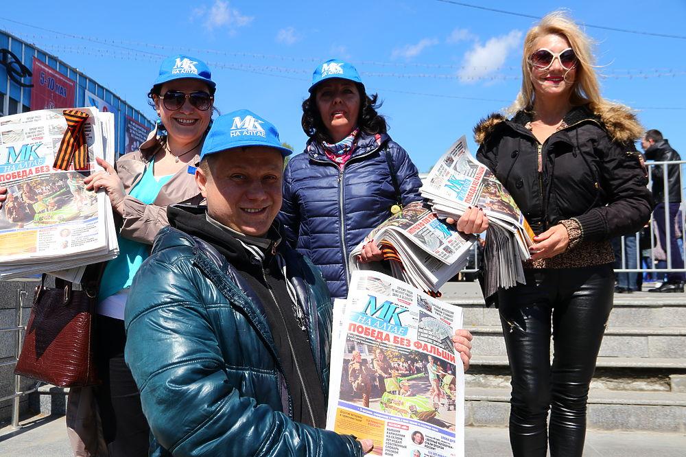 Во вторник, 9 мая, в Барнауле прошли праздничные мероприятия, посвященные Дню Победы. Коллектив редакции «МК на Алтае» также не остался в стороне от большого праздника и приготовил для барнаульцев и гостей города двойной подарок — газеты и георгиевские ленточки. Зрители с удовольствием брали праздничный спецвыпуск издания, посвященный Дню Победы, с поздравлениями и рассказами о ветеранах, и подарочную символику. Всего за полчаса сотни наших подарков были розданы. Эту добрую традицию «МК» продолжит и в следующем году.