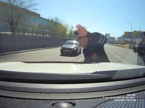 Бурятский депутат показал видео своего «наезда» на сотрудника ГИБДД