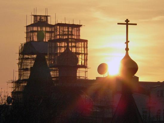 Госдума нашла во Франции Антихриста и хором спела молитву
