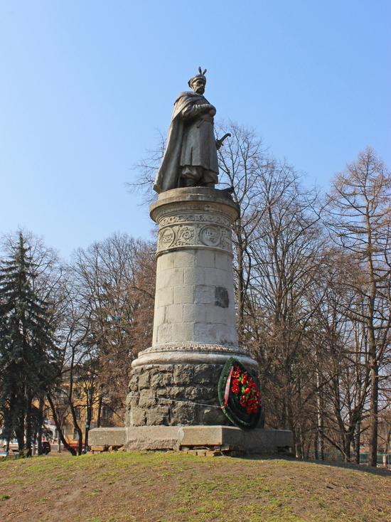 Памятник Богдану Хмельницкому на Украине развернут спиной к Москве