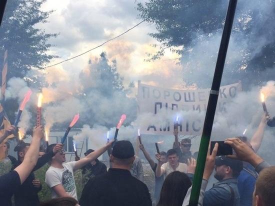 Националисты беснуются у резиденции Порошенко, пока он в Берлине