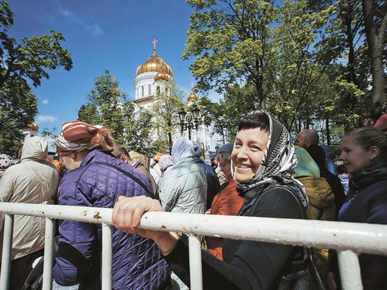 Стоять до конца: 10 тысяч верующих поклонились мощам Николая Чудотворца