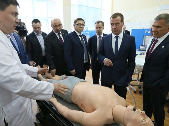 В Казани Медведеву показали роботов-больных и традиционно попросили денег