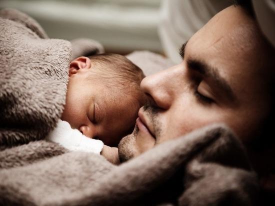 Психологи: о новорожденных дочерях отцы заботятся больше, чем о сыновьях