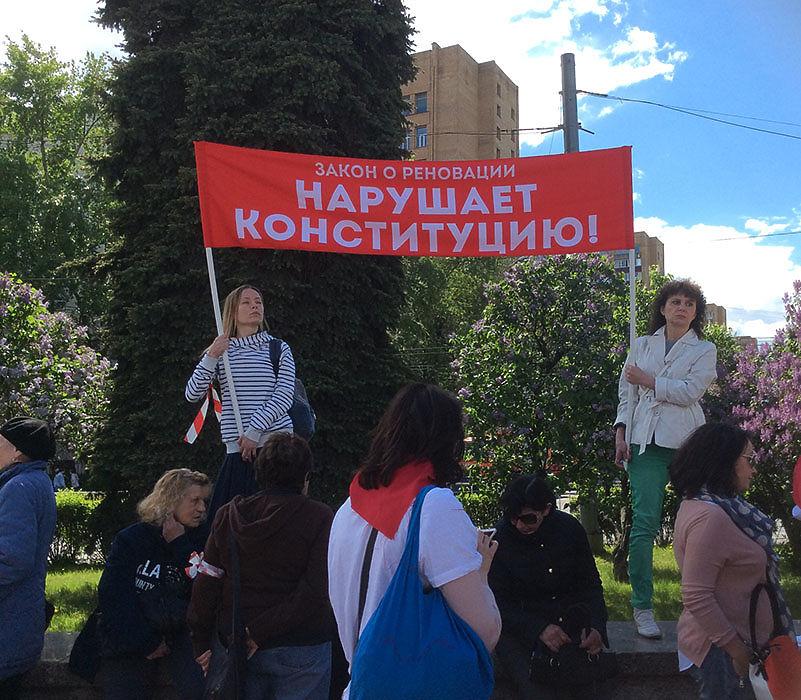 """В Москве, на Суворовской площади, в окружении не только полиции, но и буйно цветущей сирени, состоялся митинг """"За права москвичей"""". Около 2 тысяч человек  протестовали против градостроительной политики"""