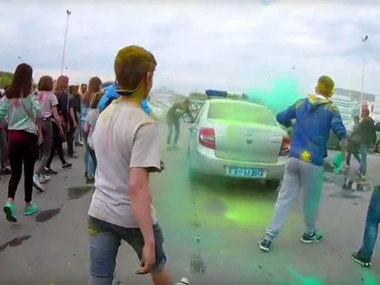 """Челябинские дети атаковали автомобили полиции с криками """"АУЕ"""""""