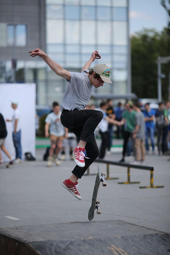 Молодые волгоградцы приняли участие в турнире по стритболу, свое мастерство зрителям представили скейтеры, роллеры и велосипедисты ВМХ. Сочное настроение своими произведениями горожанам подарили граффитисты, а R&B-исполнители и битбоксеры сразились в музыкальном баттле.