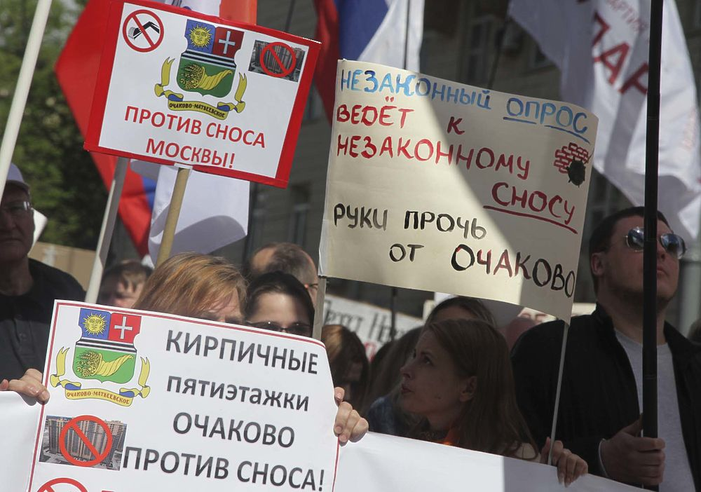 "В Москве на улице Вавилова состоялись шествие и митинг москвичей против реновации. Как и на двух прошлых митингах (проспект Сахарова, 14 мая, и Суворовская площадь, 27 мая) на акцию пришли горожане всех районов столицы, протестующие против градостроительной политики. Со сцены звучали и политические лозунги - антипрезидентские, а также против властей разных уровней. С речами выступили ""яблочники"" - глава партии Эмилия Слабунова, кандидат в мэры Москвы Сергей Митрохин, предприниматель, экономист Дмитрий Потапенко, политик Геннадий Гудков, правозащитник Лев Пономарев, муниципальные депутаты, выражающие мнение своих избирателей. По оценкам МВД, акция собрала три тысячи человек. По подсчетам участников и организаторов шествия и митинга - не менее пяти тысяч (напомним, на митинге 27 мая подсчеты тоже разнились - силовики говорили о тысяче участников, по другим данным на Суворовскую площадь пришли 2 000 граждан)."