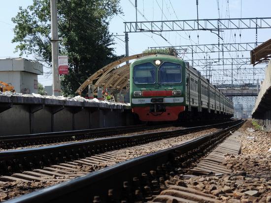 НаМосковской железной дороге под поезд попал 18-летний парень
