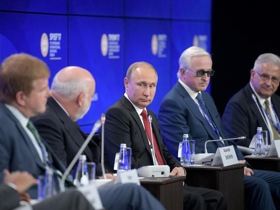 """""""Вольно!"""": Путин посадил вставших при его появлении участников ПМЭФ"""