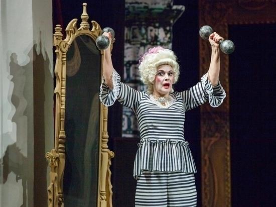 В спектакле «Боинг-Боинг» Людмила Романенко играет стюардессу Мэри