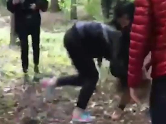 Видео избеение девушек порнями