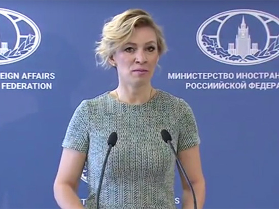 Захарова провела брифинг нафоне баннера сопечаткой