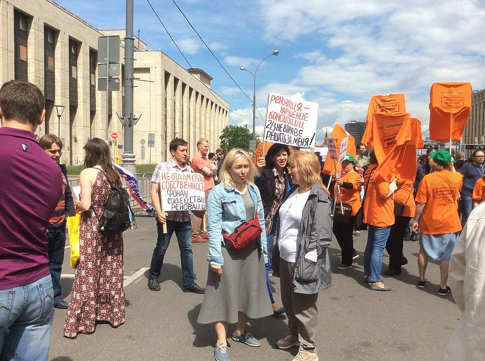 """Анонсированный, а потом """"перенесенный"""" Навальным на Тверскую митинг против коррупции на проспекте Сахарова все-таки состоялся: выяснилось, что пришедших пустят за рамки, поскольку """"акцию не отменили"""""""