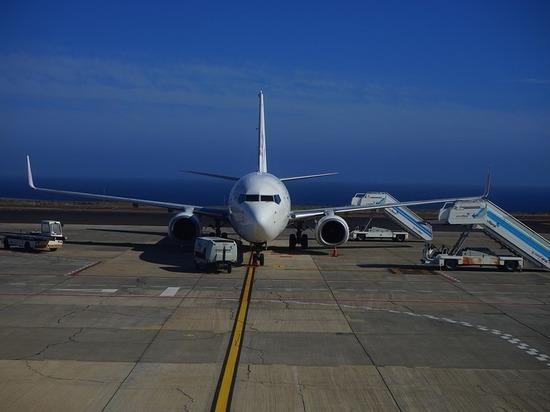 Любопытная китаянка сорвала рейс, открыв аварийный выход в самолете