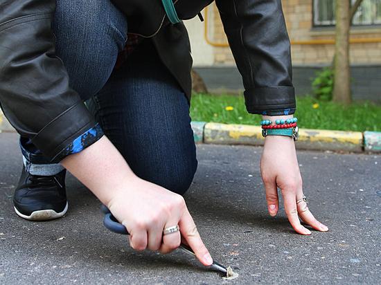 Москва резиновая: на столичных тротуарах скопились тонны жвачки