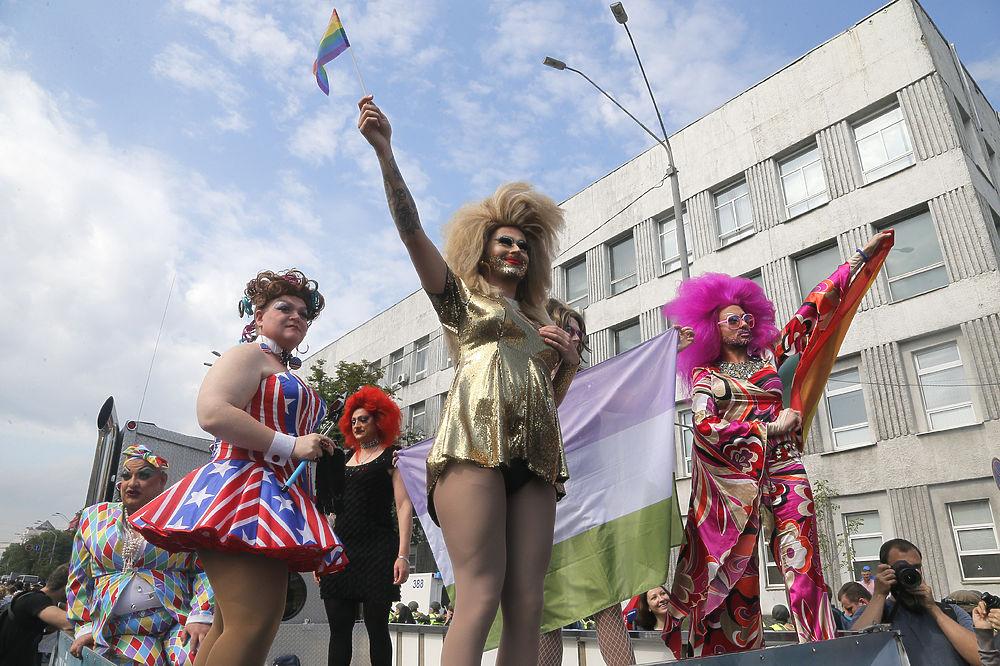 """В украинской столице прошел """"Марш равенства"""", на который собралось 2,5 тысячи сторонников ЛГБТ сообщества. Несмотря на то, что полицейские взяли колонну под усиленную охрану, избежать локальных стычек с противниками однополых браков и правоохранительными органами не получилось."""