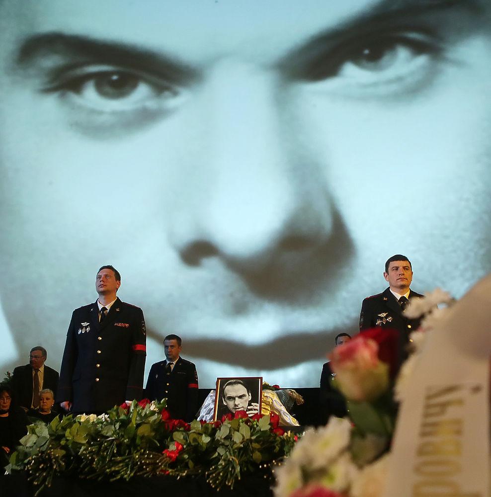 В Доме кино прошло прощание с народным артистом СССР Алексеем Баталовым. В Большом зале собрались десятки людей — друзей, родственников и поклонников актера