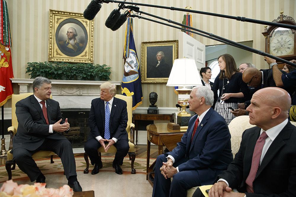 Президент Украины Петр Порошенко сегодня встретился с президентом США Дональдом Трампом. Наблюдатели заметили, что гостю достался очень низенький стул, под который его ноги вмещались с трудом