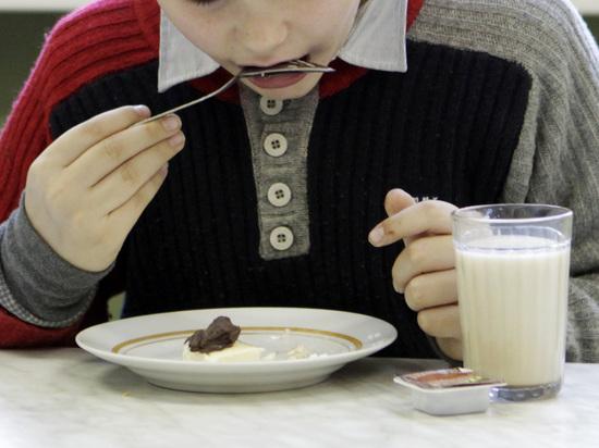 Помощник Бастрыкина рассказал о столах для опущенных школьников